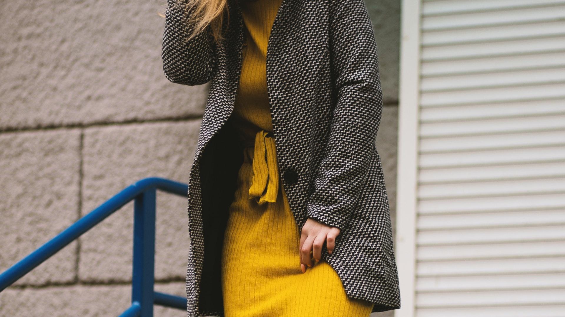 Cómo crear looks con los colores del 2021: gris y amarillo brillante