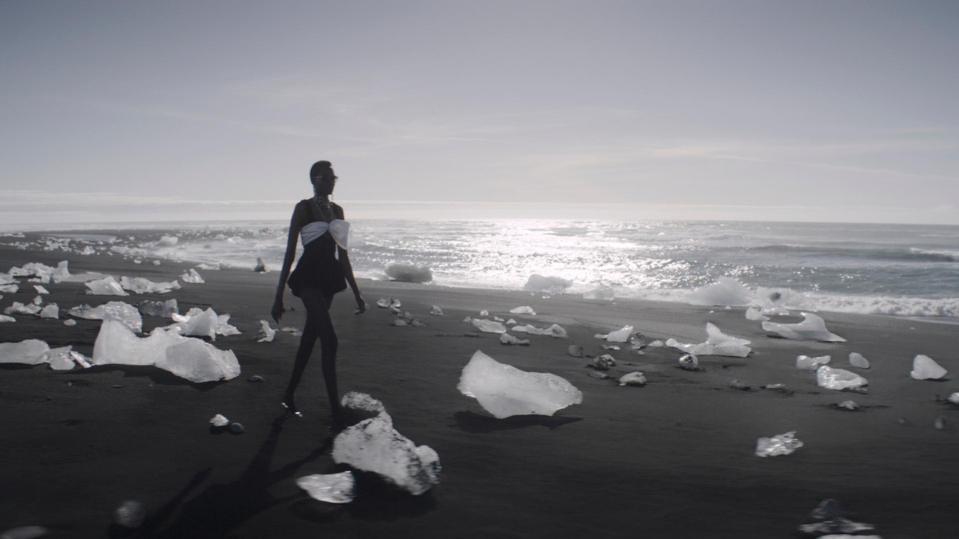 Saint Laurent presentó su colección invierno 2021 para mujeres