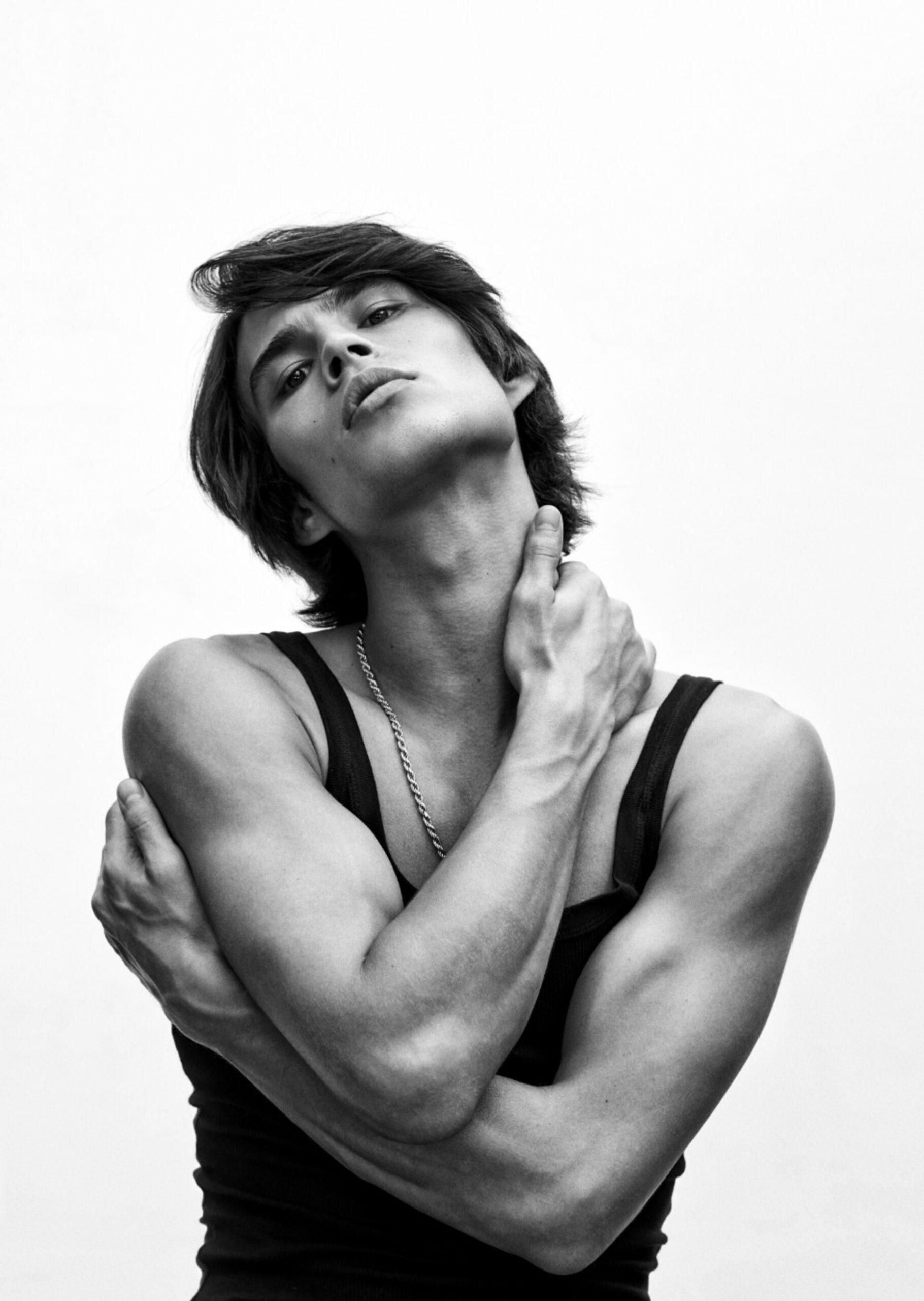 Louis Baines el modelo elegido por Versace para la campaña de Dylan Blue