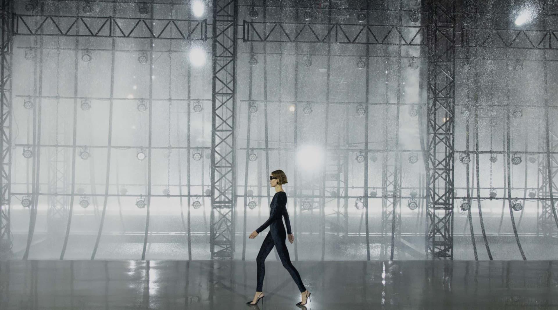 Saint Laurent presentó su colección verano 2022 para mujeres