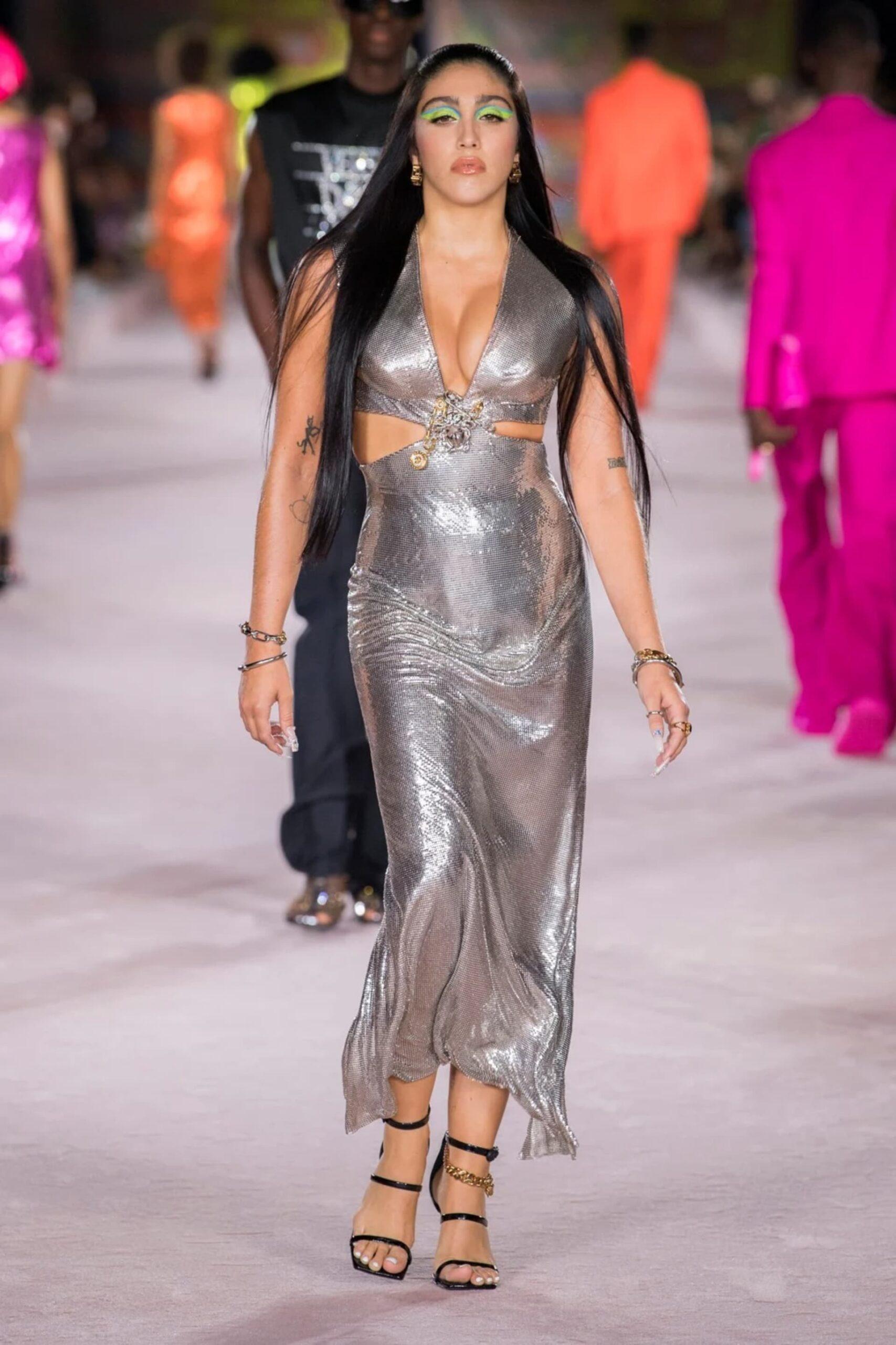 Versace presentó su colección verano 2022
